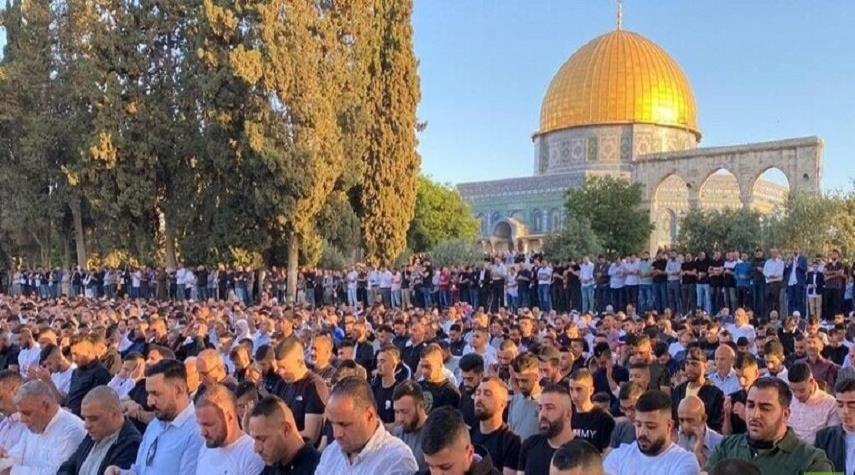 100 ألف فلسطيني يؤدون صلاة عيد الفطر في الأقصى